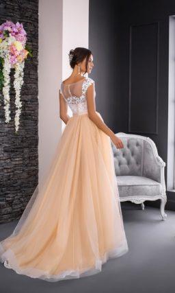 Свадебное платье золотистого оттенка с потрясающей многослойной юбкой со шлейфом.
