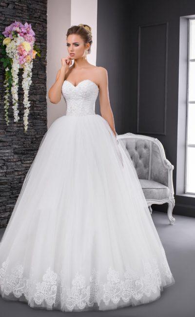 Открытое свадебное платье с роскошной юбкой и фактурным корсетом с лифом-сердечком.