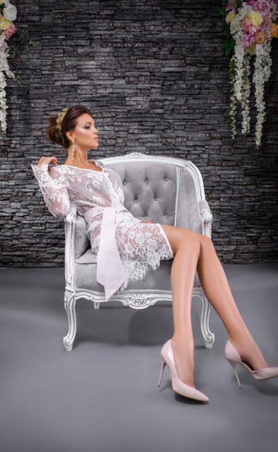 Свадебный пеньюар из полупрозрачной ткани, с атласным поясом и длинным рукавом.