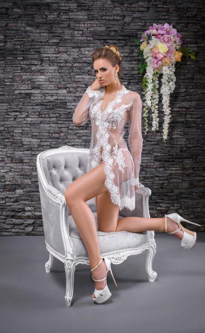 Свадебный халат из прозрачной ткани, с ажурной отделкой и длинным рукавом.