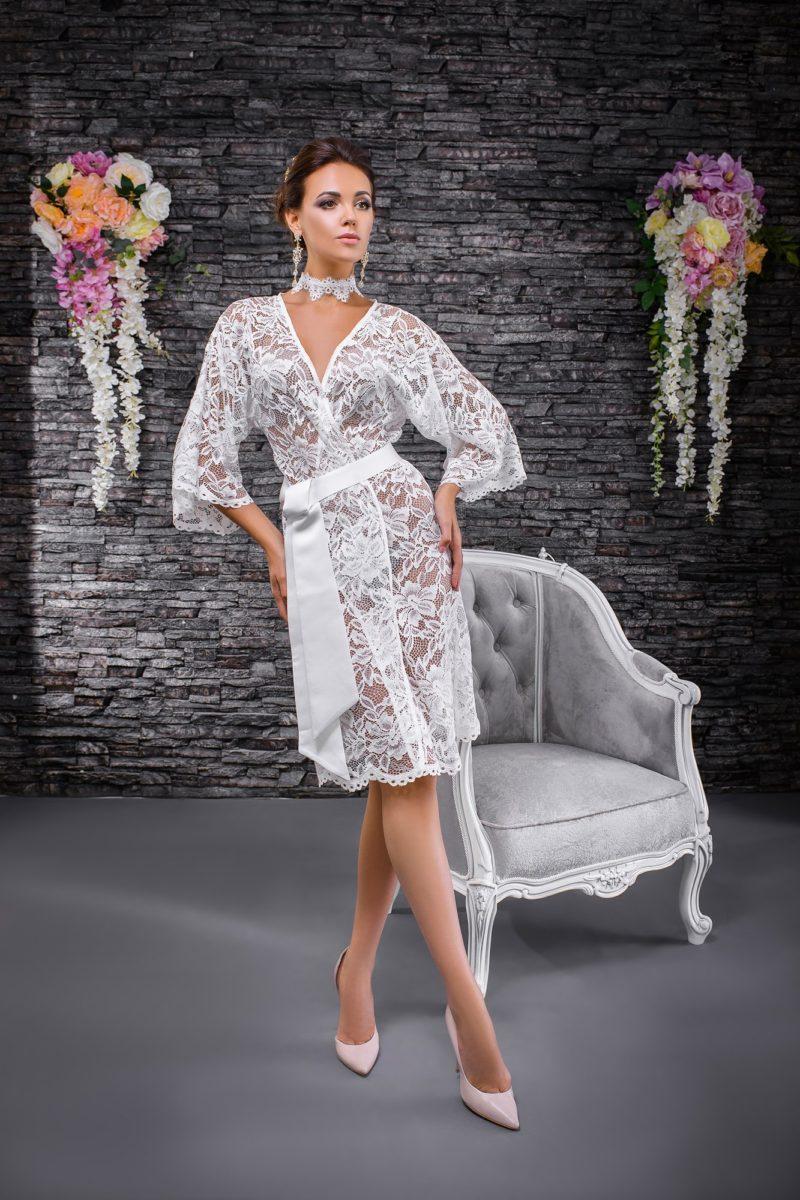 Кружевной свадебный халат с рукавом три четверти и поясом из атласной ткани.