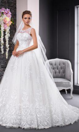 Восхитительное свадебное платье с вышивкой и длинным шлейфом сзади.
