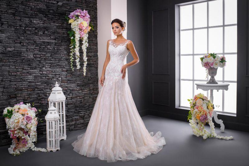 Свадебное платье цвета слоновой кости с романтичной юбкой и узкими бретелями.