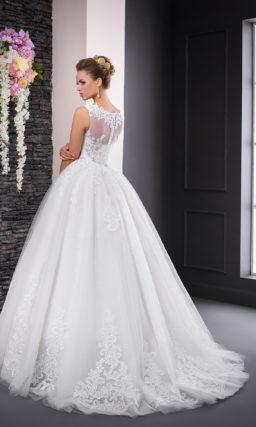Пышное свадебное платье с элегантным кружевным верхом и сияющим поясом.