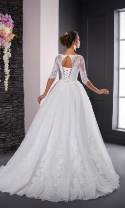 Роскошное свадебное платье пышного кроя с элегантными облегающими рукавами.