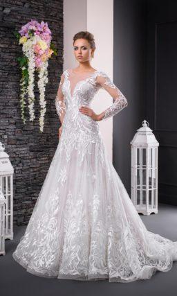 Фактурное свадебное платье с заниженной талией, юбкой «трапеция» и длинным рукавом.