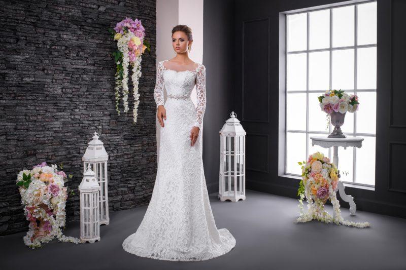 Романтичное свадебное платье облегающего кроя с тонкой вставкой сзади и бисерным поясом.