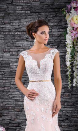 Пудровое свадебное платье «рыбка», декорированное белыми кружевными аппликациями.