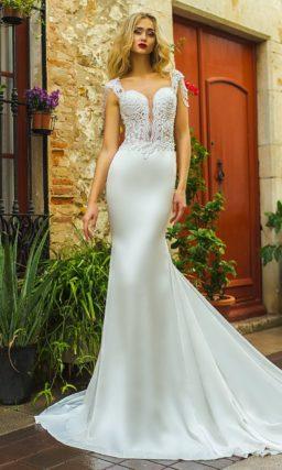 Облегающее свадебное платье с пышной верхней юбкой и чувственным лифом из кружева.