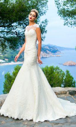 Свадебное платье «русалка» с небольшим шлейфом и аппликациями по верху.
