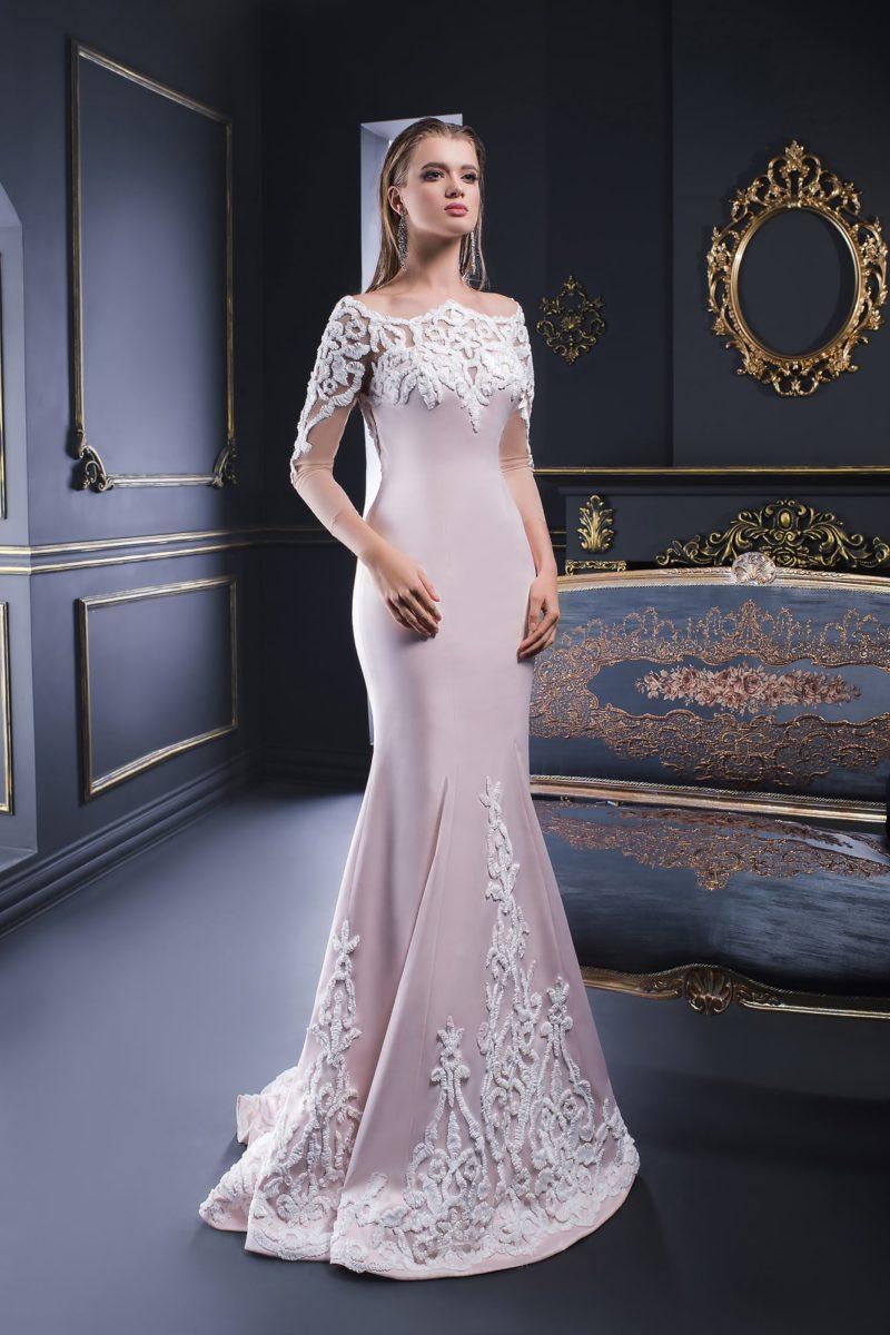 Пудровое вечернее платье силуэта «рыбка» с белой отделкой и фигурным вырезом.