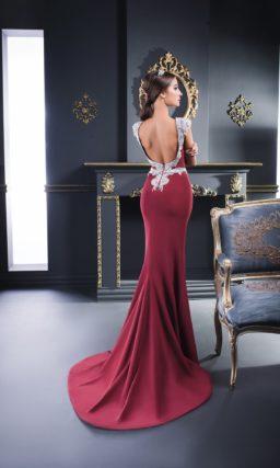 Облегающее вечернее платье с поясом, бордовое