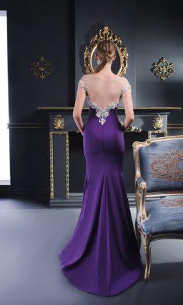 Синее вечернее платье с портретным декольте и облегающей юбкой со шлейфом.