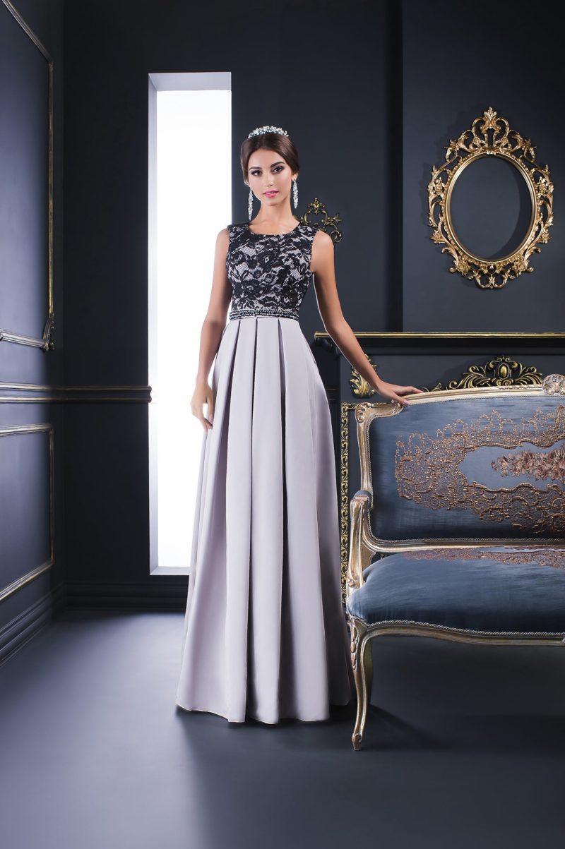Серебристое вечернее платье прямого кроя с лифом, покрытым черным кружевом.