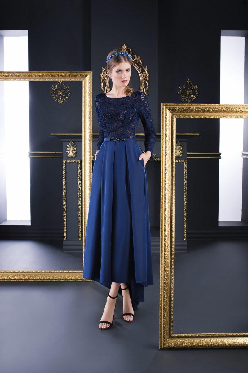 Прямое вечернее платье темно-синего цвета, с закрытым кружевным верхом.