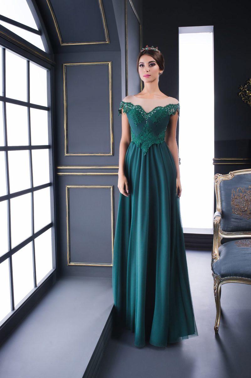 Вечернее платье в пол с портретным декольте, изумрудное