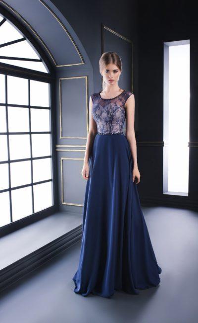 Синее вечернее платье с бежевым корсетом под полупрозрачным кружевом.