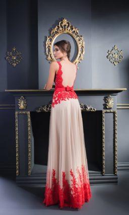 Необычное вечернее платье прямого кроя с бежевой юбкой и коралловым кружевом.