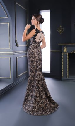 Вечернее платье с декором из черного кружева на подкладке в тон обнаженной кожи.