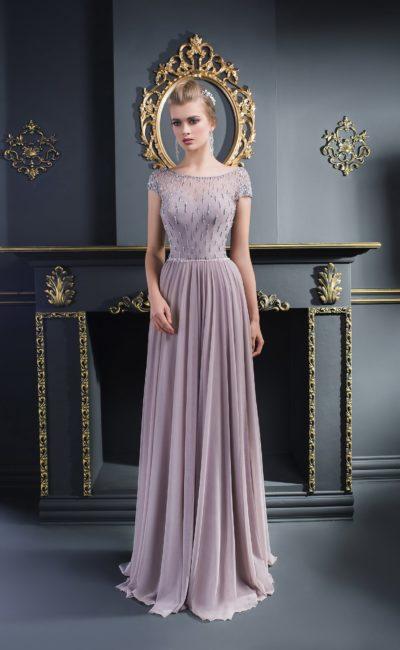Серое вечернее платье с бисерным декором верха с коротким рукавом.