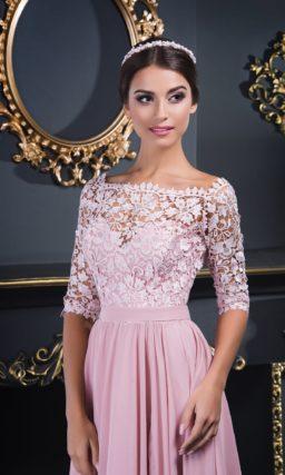 Розовое вечернее платье прямого кроя, украшенное оригинальным кружевом.