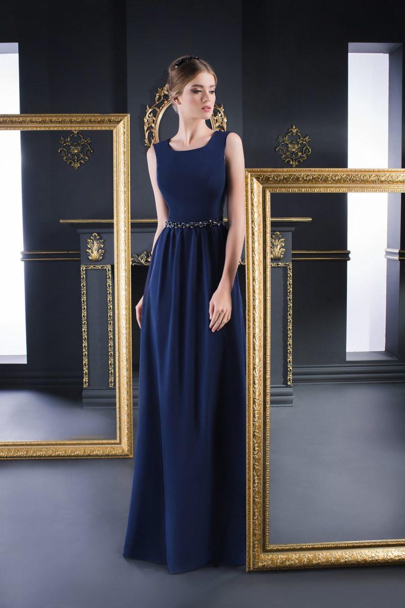 Синее вечернее платье прямого кроя в лаконичном стиле.