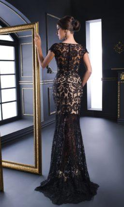 Кружевное вечернее платье черного цвета с бежевой подкладкой.