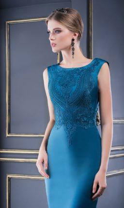 Атласное вечернее платье с облегающей юбкой и фактурным верхом.