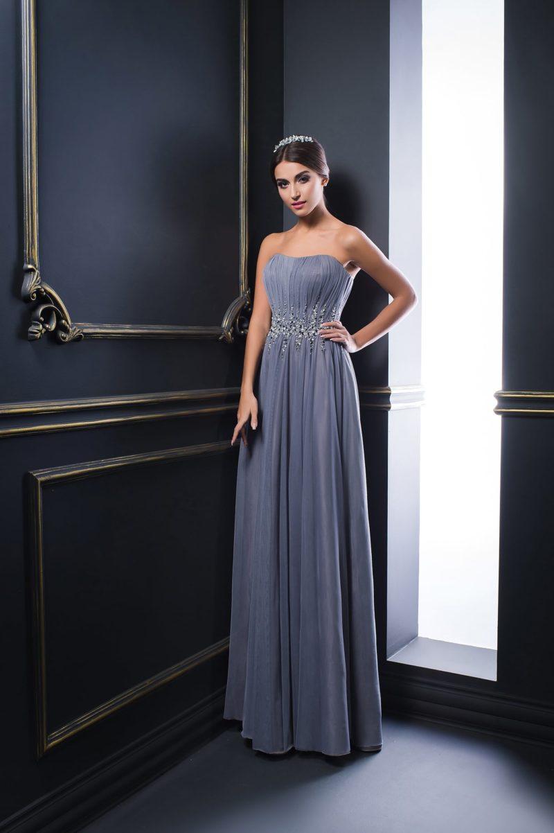 Открытое вечернее платье с сияющей вышивкой на талии и прямой юбкой.