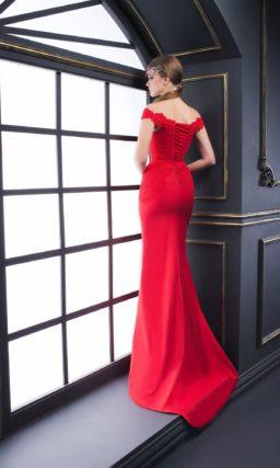 Вечернее платье алого цвета с фигурным портретным вырезом, украшенным кружевом.