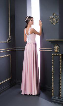 Розовое вечернее платье с белым декором лифа и разрезом на прямой юбке.