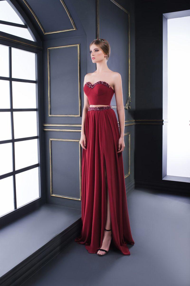 Бордовое вечернее платье с укороченным топом и бисерной отделкой.