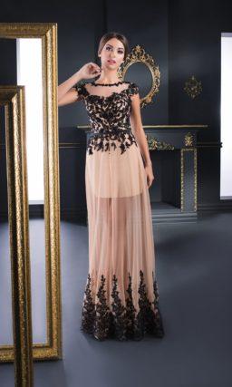 Бежевое вечернее платье, декорированное черной кружевной тканью по корсету.