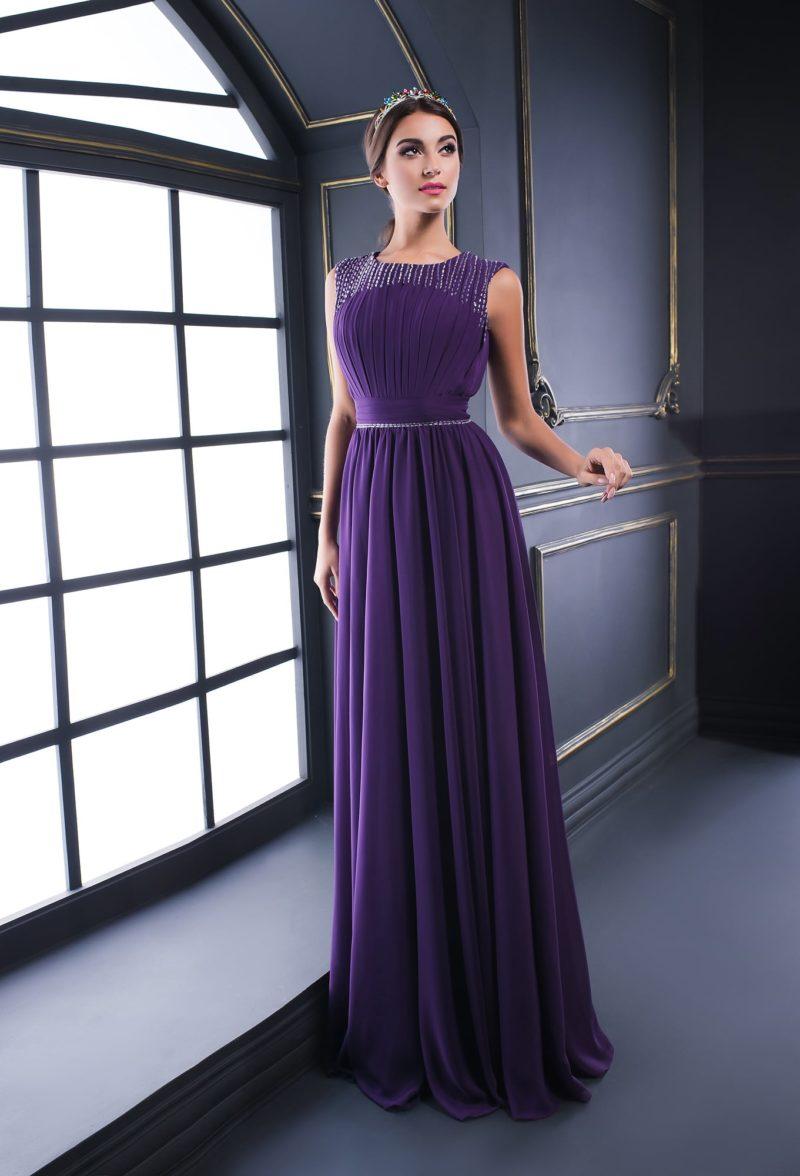 Фиолетовое вечернее платье с бисером на лифе и прямой юбкой.