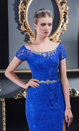 Кружевное вечернее платье синего цвета с сияющим декором округлого выреза.