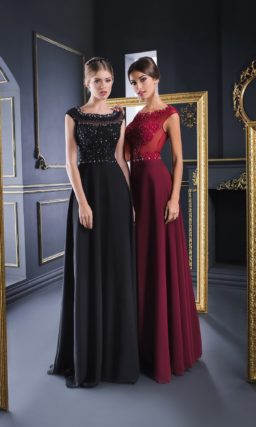 Прямое вечернее платье с закрытым лифом, украшенным бисерной вышивкой.