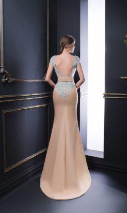 Бежевое вечернее платье облегающего кроя, украшенное бирюзовым кружевом.