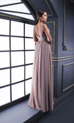 Вечернее платье изысканного пудрового оттенка с драпировками на лифе.