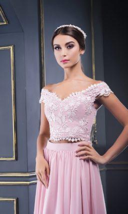 Розовое вечернее платье с укороченным топом, украшенным кружевом.