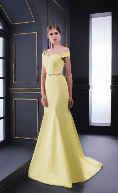 Желтое вечернее платье «русалка» со шлейфом и фигурным вырезом.