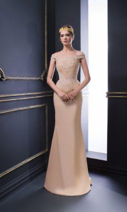 Пудровое вечернее платье облегающего кроя с деликатным декором.