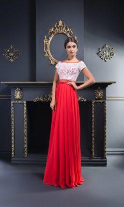 Вечернее платье с длинной алой юбкой и коротким кружевным лифом.