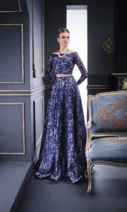 Пышное вечернее платье с укороченным топом, покрытое синим кружевом.