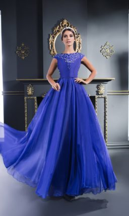 Прямое вечернее платье синего цвета с сияющим декором и открытой спиной.