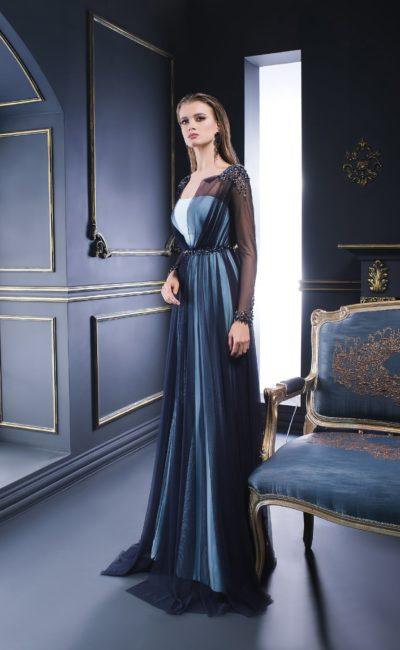 Прямое вечернее платье с темной полупрозрачной накидкой с длинным рукавом.