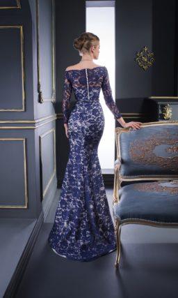 Синее вечернее платье облегающего силуэта, с длинным рукавом и портретным вырезом.