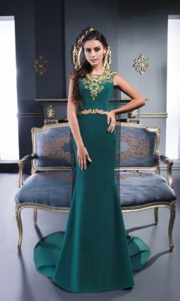 Изумрудное вечернее платье с золотистой вышивкой на лифе и накидкой сзади.