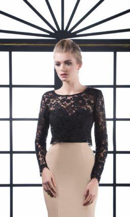 Облегающее вечернее платье с лаконичной бежевой юбкой и черным верхом.