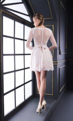 Кружевное вечернее платье с полупрозрачным рукавом и юбкой до середины бедра.
