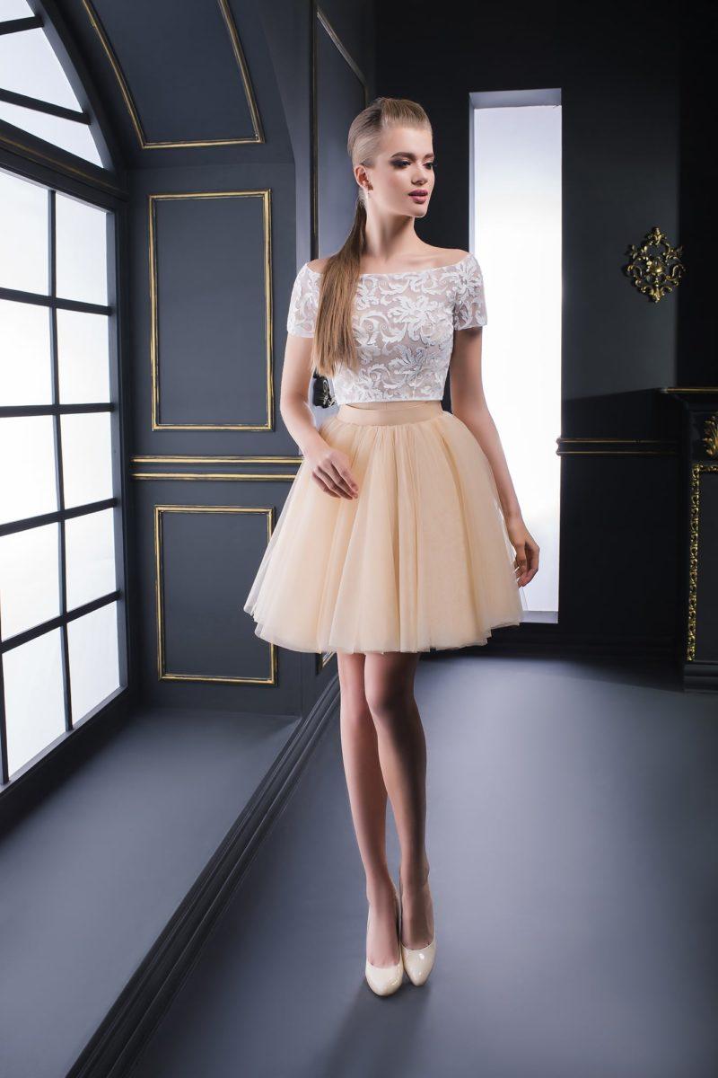 Лаконичное вечернее платье бежевого цвета с белым кружевным топом.